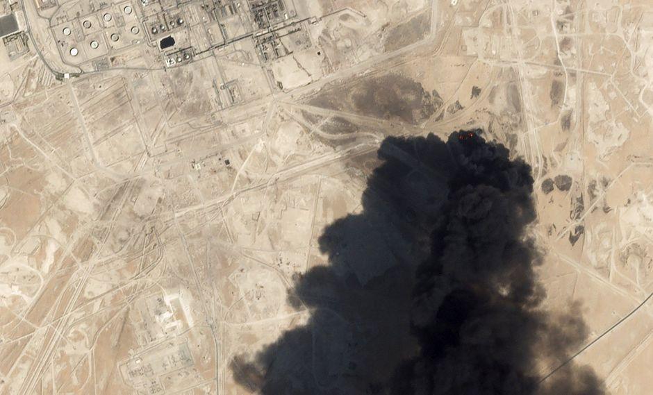 Una imagen satelital muestra un espeso humo negro saliendo de la planta de procesamiento de petróleo Abqaiq de Arabia Saudita tras ser atacada con drones. (AP).