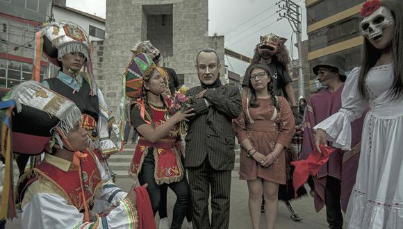 Danzantes de tijeras, princesas collas y hasta zorros (de arriba y de abajo) caen rendidos ante un redivivo Arguedas en obra teatral pública.