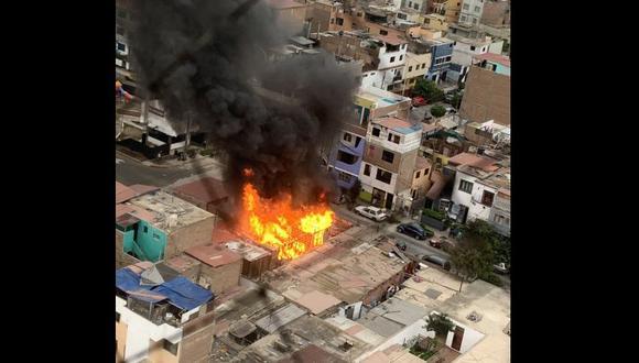 Incendio en la cuadra 5 de la calle Carlos Bondy en Pueblo Libre. (Foto: @MSotoFlorian)