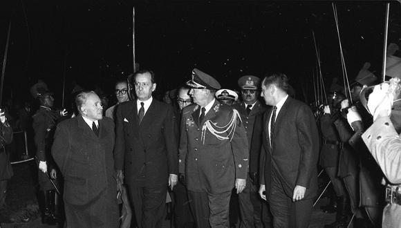 El sábado 29 de agosto de 1959 por la noche, André Malraux bajó del avión en el aeropuerto Limatambo. Lo recibió, entre otros, el ministro peruano de RR.EE., Raúl Porras Barrenechea, a la derecha del escritor. (Foto: GEC Archivo Histórico)