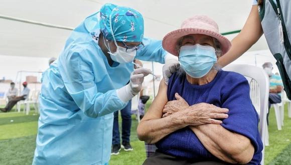 El día de la vacunación, el adulto mayor debe presentar su DNI en la sede que le corresponde. (Foto: Andina)