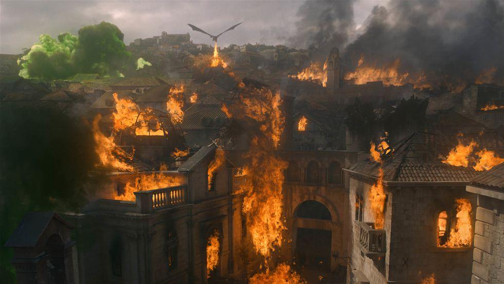 Daenerys hizo lo que su padre jamás pudo: destruir la ciudad y quemarlos a todos. Foto: HBO.