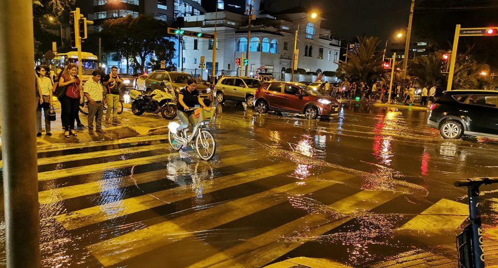 El mal olor de las aguas servidas afectó a vecinos y transeúntes en Miraflores. (Foto: Carlos Luque/@luquenukem)