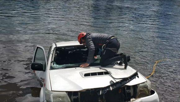 Esta es la camioneta en que viajaban Abel Garay Lazo e Isaías Ávila Chávez, y que se hundió en la laguna Aguascocha, en la provincia de Bolognesi. (Foto: cortesía)