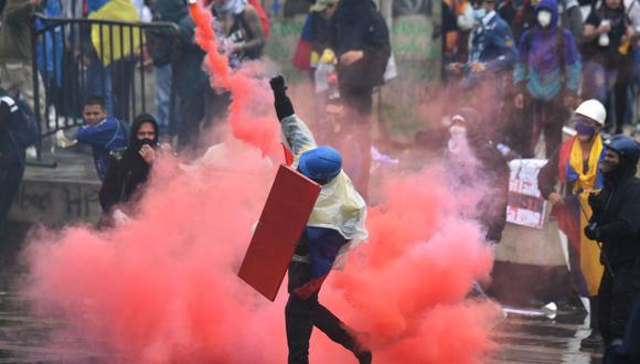 Manifestantes chocan con la policía antidisturbios durante una protesta contra el gobierno del presidente Iván Duque en la plaza de Bolívar de Bogotá el 5 de mayo de 2021. (Foto de JUAN BARRETO / AFP).