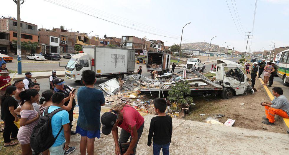 El camión primero se estrelló contra un mototaxi y luego contra un vehículo de transporte público. (Foto: Roly Reyna)