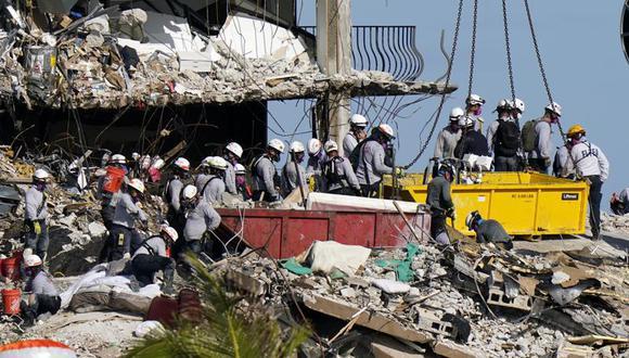 Rescatistas buscan en los escombros de las Champlain Towers South Condo, el lunes 28 de junio de 2021 en Surfside, Florida. (AP Foto/Lynne Sladky).