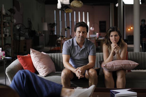 """Benjamín Vicuña y Eugenia Suárez en una escena de """"Terapia Alternativa"""". Foto: Star+"""