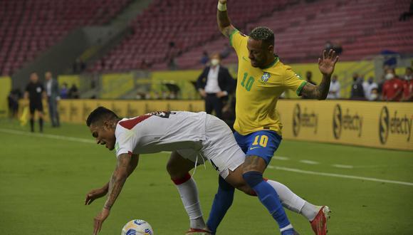 En el primer gol de Brasil, el árbitro no cobró falta en esta acción de Neymar, que se fue solo rumbo al área y dio pase Éverton Ribeiro para el 1-0. (Foto: AFP)