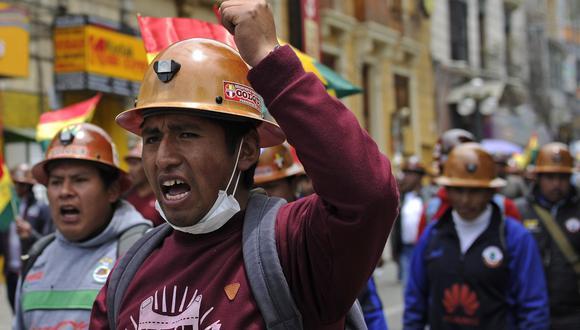 Un grupo de mineros marcha para apoyar al partido Movimiento al Socialismo (MAS) y a su líder, el presidente Evo Morales. (AFP / JORGE BERNAL).