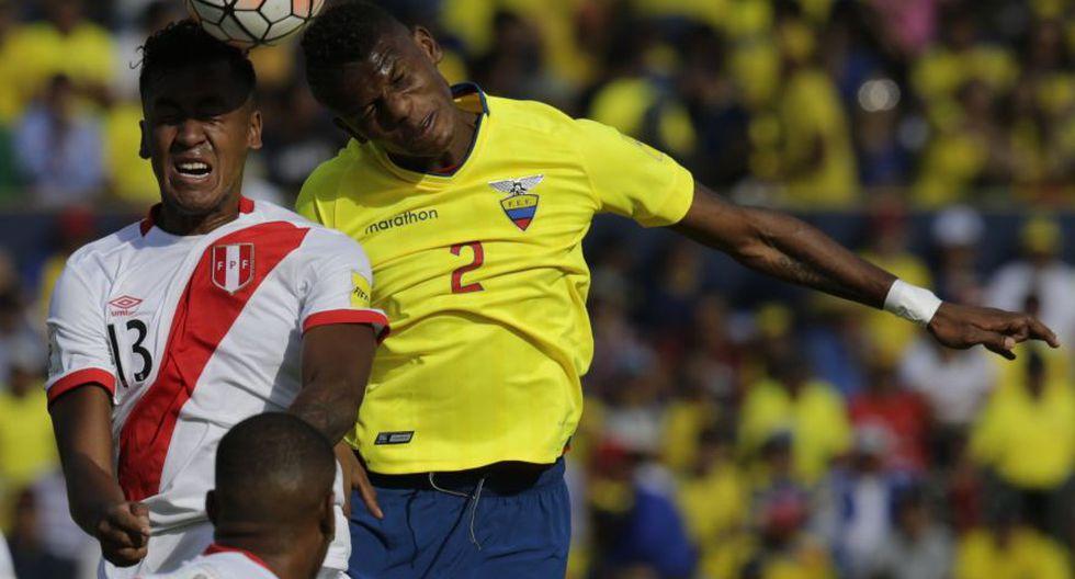 Tapia lucha con balón con Arboleda. (Foto: agencias)