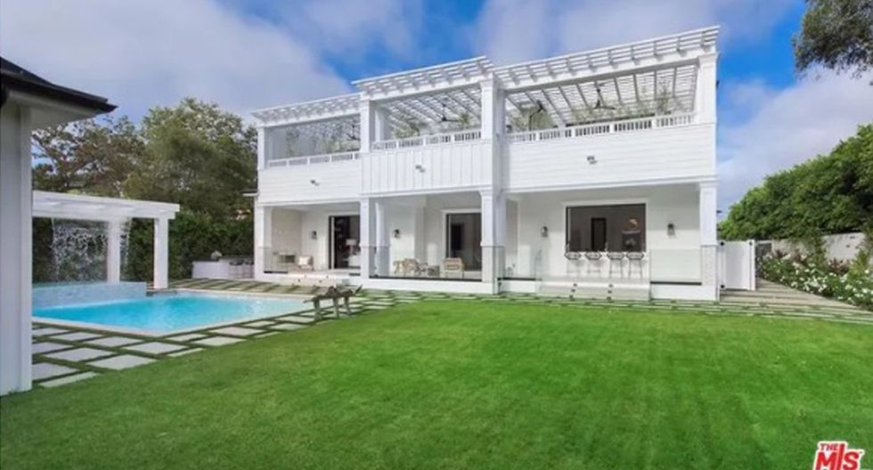 En la zona al aire libre, la mansión posee una piscina, dos cabañas y un área de parrilla. (Foto: The MLS)