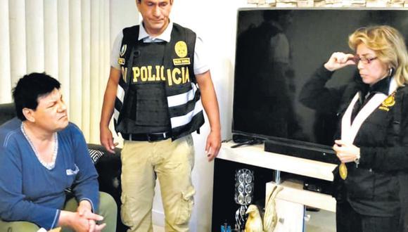 Momentos en que el coronel PNP Manuel Ibárcena, de 52 años, es detenido en su departamento de Surquillo por agentes de la Diviac y la fiscal Sandra Castro.