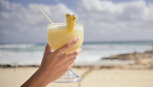 El ron blanco, zumo de piña, leche o crema de coco y hielo picado son los principales ingredientes de la piña colada. (Foto: Pixabay)