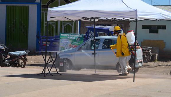 En Coata se han iniciado jornadas de fumigación y limpieza tras el registro de los 13 primeros casos confirmados en el distrito. (Foto: Carlos Fernández)