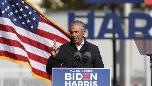 El ex presidente de Estados Unidos, Barack Obama, habla durante un mitin en un estacionamiento en Turner Field. (EFE / EPA / ERIK S. MENOR).
