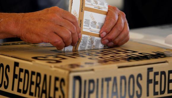 Un ciudadano vota en Tepatitlán, estado de Jalisco, México. (EFE/Francisco Guasco).