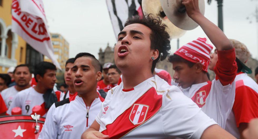 Hinchas de la selección peruana se reunieron en la Plaza de Armas de Lima para ver en pantalla gigante el encuentro que se desarrolló en Gotemburgo (Suecia). (Lino Chipana / El Comercio)
