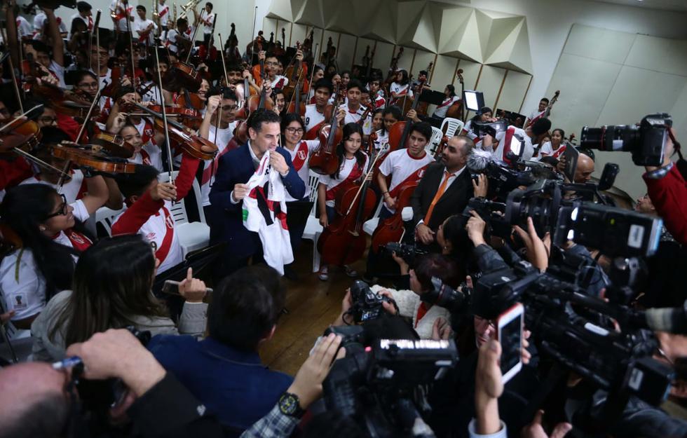 El tenor peruano celebra los siete años de Sinfonía por el Perú, el programa que ayuda a niños músicos. (Foto: Alessandro Currarino / El Comercio)