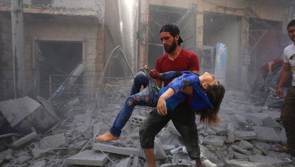 En esta foto de archivo tomada el 26 de mayo de 2019, un hombre evacua a una joven víctima de un bombardeo después de un ataque aéreo de las fuerzas del régimen de Siria y sus aliados en la ciudad de Maaret al-Numan. (Foto de Abdulaziz KETAZ / AFP).