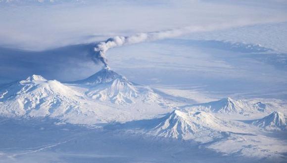 El Udina es uno de los volcanes de Península Kamchatka y está cercano al Kliuchevskoi (del que emana una columna de humo en la foto). (Foto: NASA)