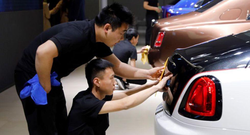 Trabajadores preparan la exposición de un Rolls-Royce para el Salón del Automóvil de Shangái. (Foto: EFE)