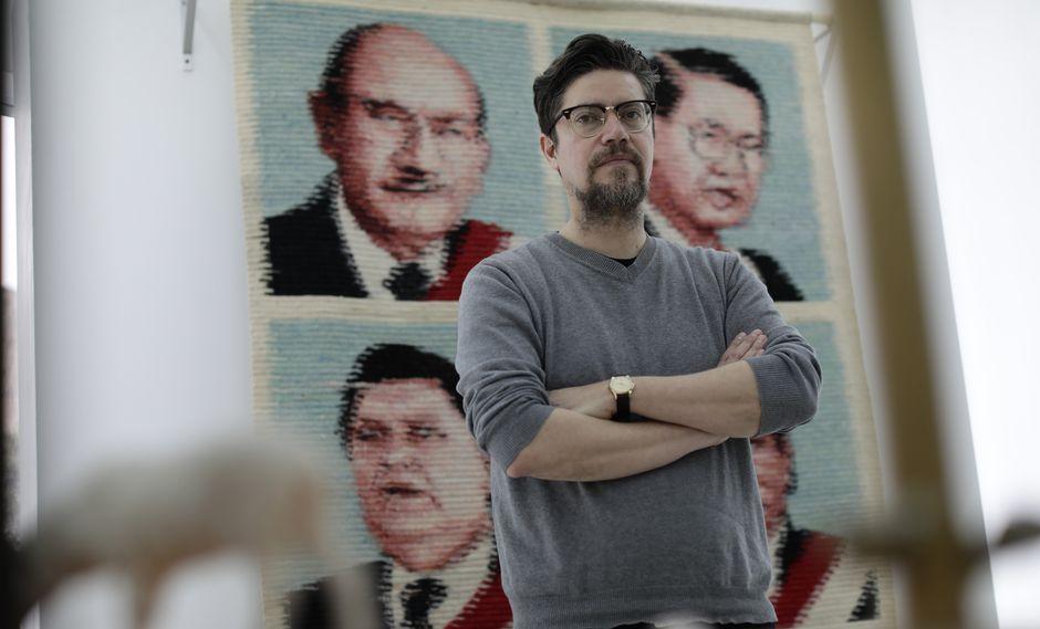 Aguirre frente a su tapiz de presidentes peruanos. Un trabajo realizado en colaboración con la notable tejedora Elvia Páucar.