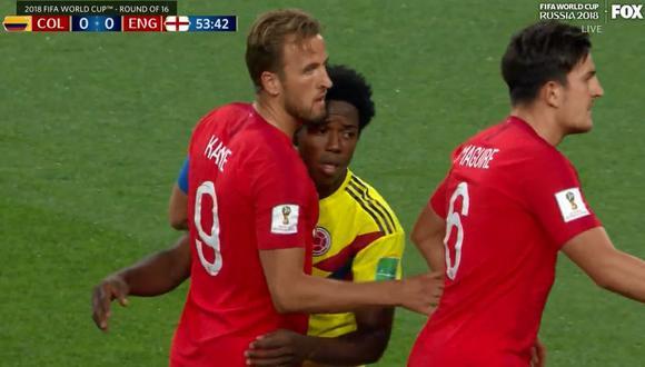 Colombia vs. Inglaterra: Sánchez cometió penal a Kane y se ganó la amarilla. (Foto: Captura FOX)