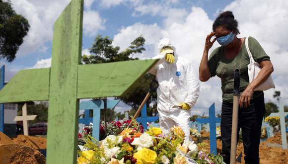 Valcenir Alves Ferreira, 53, reacciona durante el entierro de su tía Vacilda Pereira Queiroz, 73, quien falleció por la enfermedad del coronavirus (COVID-19) en el hospital 28 de Agosto, en el cementerio Parque Taruma en Manaus, Brasil. (Foto: REUTERS / Bruno Kelly).