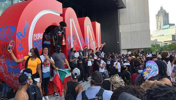 Manifestantes violentos atacan sede de CNN en Atlanta durante protesta por muerte de George Floyd.