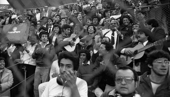 Pepe Torres, el Zambo Cavero y los hinchas. Fiesta en las Eliminatorias a México 1986. El fútbol también es eso (o era eso). FOTO: Archivo Histórico El Comercio.