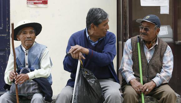 En el sistema de pensiones nacional, la edad mínima para jubilarse y solicitar una pensión es de 65 años.