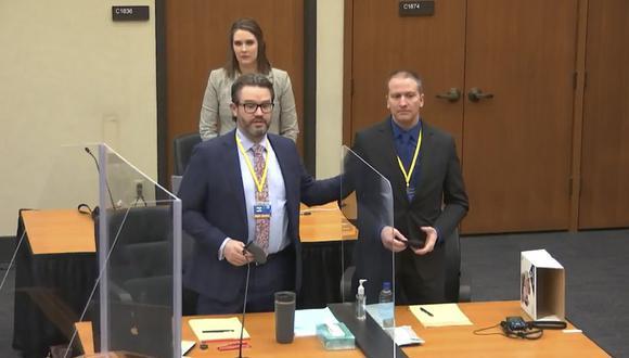 Derek Chauvin (derecha), acusado por el asesinato de George Floyd. (Court TV, vía AP, Pool).