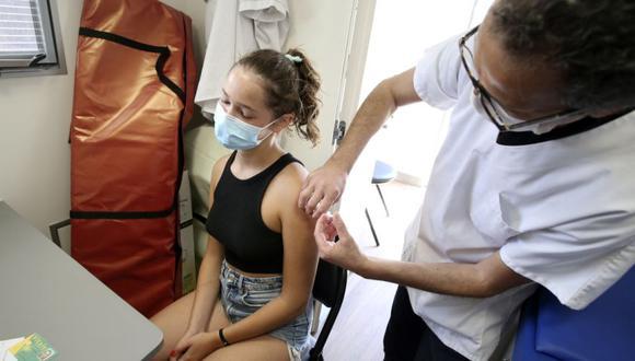 Un adolescente recibe una dosis de la vacuna Pfitzer Cominarty contra el Covid-19 en un Vaccibus en Aregno en la parte norte de la isla mediterránea francesa de Córcega. (Foto: Archivo/ Pascal POCHARD-CASABIANCA / AFP).