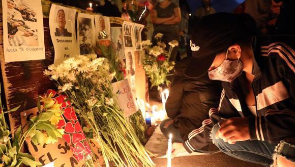 Un grupo de jóvenes prende velas en las calles del barrio Verbenal como protesta por la muertes de Javier Ordóñez y de los manifestantes en Bogotá (Colombia). (Foto: EFE/ Carlos Ortega/Archivo).