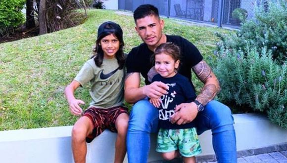 Dos Santos y sus dos hijos, Agustín y Johan. FOTO: www.ovaciondigital.com.uy