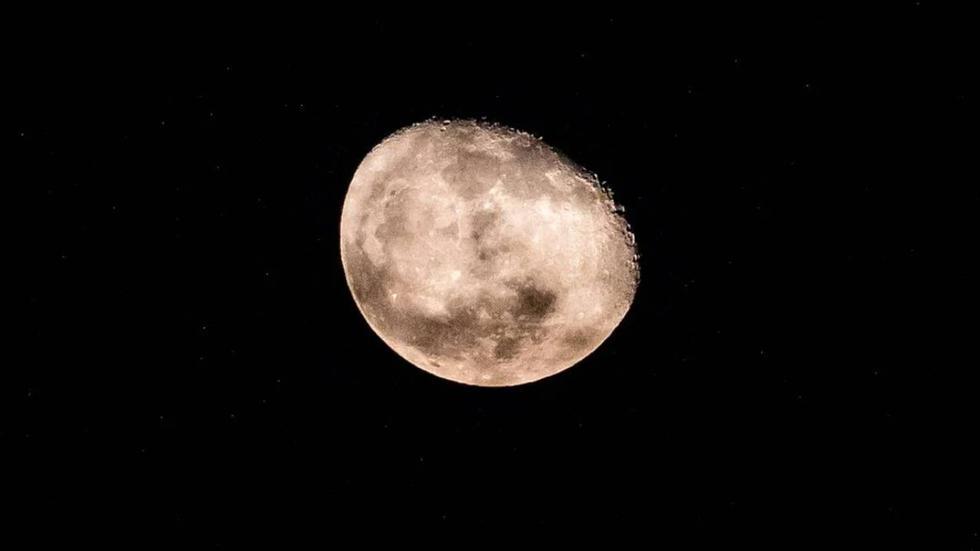 """Muchas personas fueron testigos del gran espectáculo astronómico en el que la Luna y Marte parecen """"besarse"""". (Foto: Referencial)"""