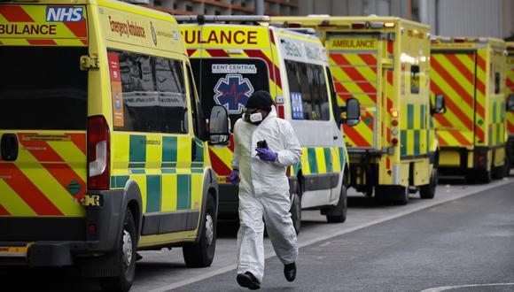 El conductor de una ambulancia corre cerca del hospital Royal London en Londres el 19 de enero de 2021. (Foto de Tolga Akmen / AFP).