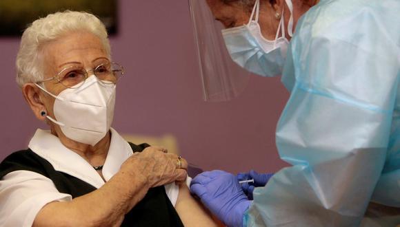 Araceli Hidalgo, de 96 años, la primera persona en ser vacunada contra el coronavirus en España. (Foto: Pepe Zamora / POOL / AFP).