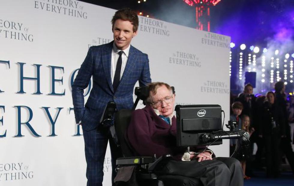 """Stephen Hawking al lado de Eddie Redmayne, quien lo interpretó en """"La teoría del todo"""". (Foto: Agencias)"""