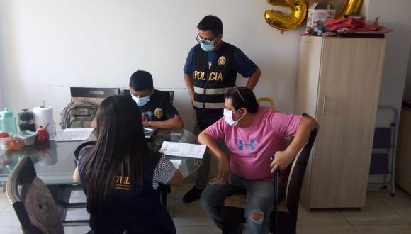 Policías de la Dirandro en el domicilio del detenido y ahora investigado por narcotráfico David Soto Aranda. (Foto: Dirandro)
