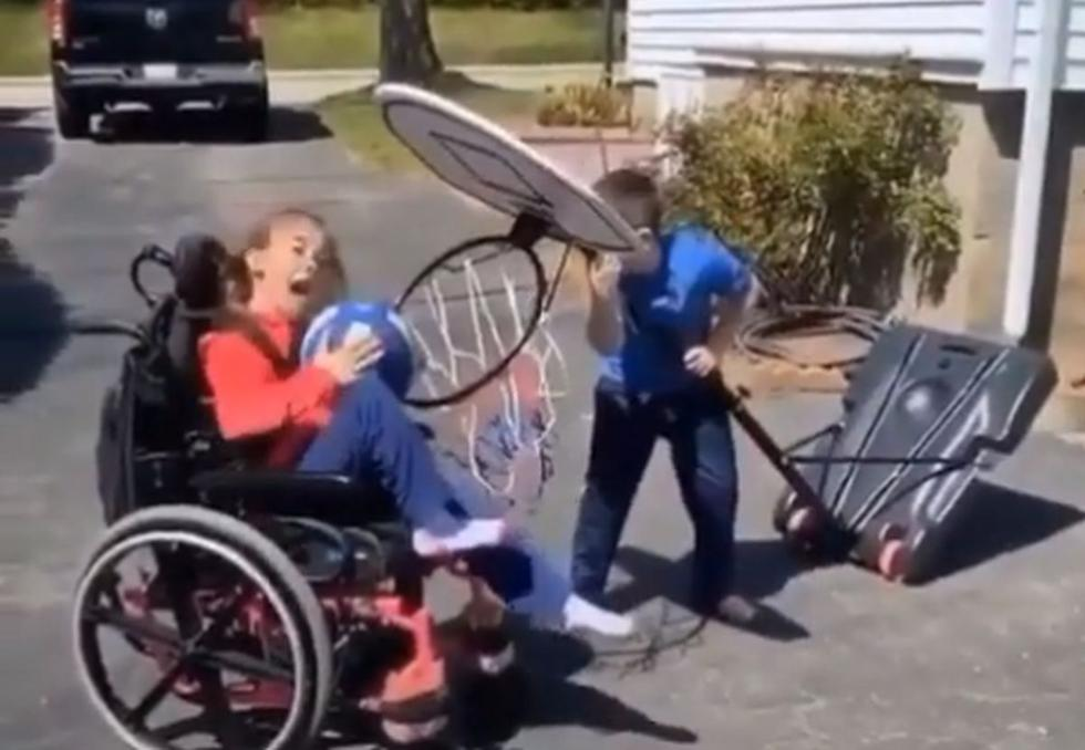 Un video de un niño pequeño que ayuda a su hermana discapacitada en silla de ruedas a jugar basket, se ha hecho viral. (Foto: Captura YouTube)
