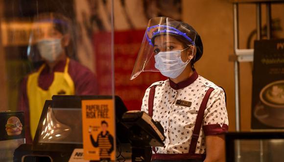 Protocolo de cines no permite el consumo de bebidas y alimentos dentro de las salas. En la ultima década, el cine pasó de vender 24 millones a 50 millones de tickets por año. Imagen referencial de una sala de cine en India. (Foto: Prakash SINGH / AFP)