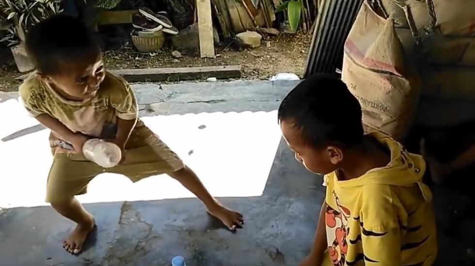 """En Colombia, unos menores jugaban el reto viral """"Water Bottle Flip Challenge"""" hasta que todo se salió de control. El video en Facebook ha general polémica. (Foto: Captura)"""