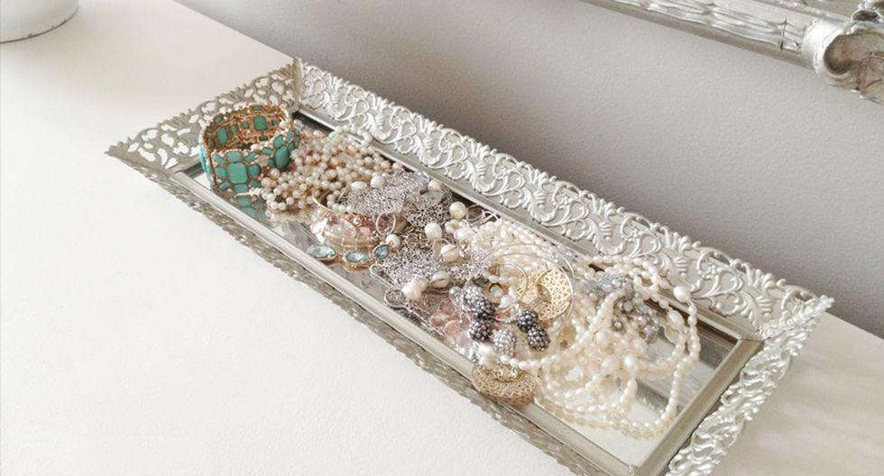 Una bandeja pequeña. Es ideal para las mujeres pues pueden usarlo para colocar ahí sus joyas a la hora de dormir. Procura conseguir una con bonitos detalles y colorida. (Foto: Pinterest livelovediy.com)