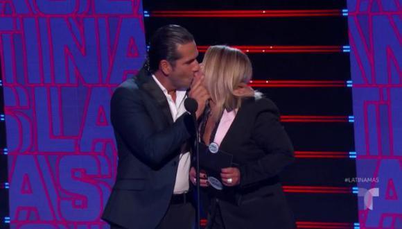 Ana María Polo besa a Gregorio Pernía en los Latin American Music Awards 2019. (Foto: Captura de pantalla)