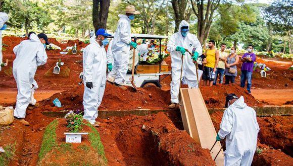 Coronavirus en Brasil   Ultimas noticias   Último minuto: reporte de infectados y muertos martes 7 de abril del 2020   Covid-19   Empleados del servicio funerario entierran a una victima del coronavirus en el cementerio de Vila Formosa, en São Paulo. (Foto: EFE/ Edson Lopes Jr.).