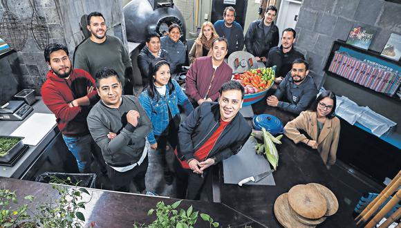 Poniendo a punto la organización: estos son algunos rostros del batallón de cocineros que se une nuevamente para apoyar. (Foto: César Campos)