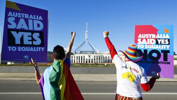 Activistas frente al Parlamento de Australia celebran la histórica promulgación del matrimonio homosexual. (Foto: AFP/Sean Davey)