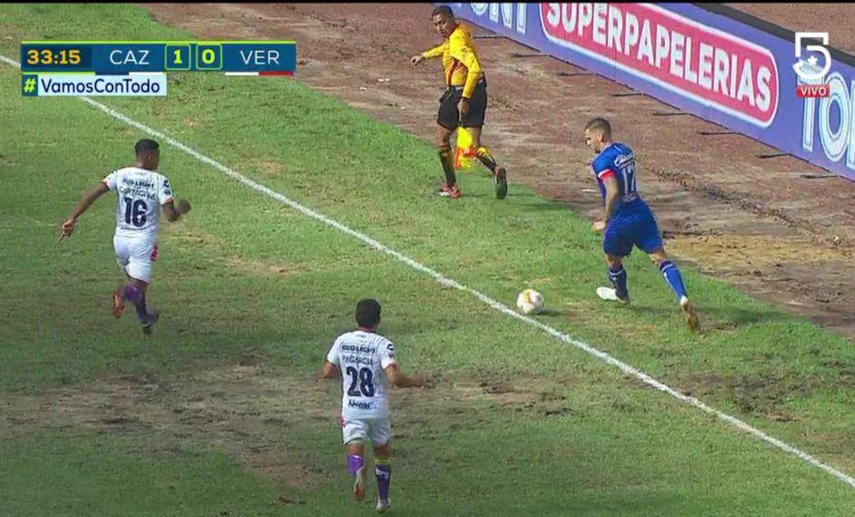 Roberto Alvarado abrió el marcador a favor de Cruz Azul ante Tiburones Rojos de Veracruz, pero la jugada debió ser invalidad, pues previamente salió el balón del campo. (Foto: captura)